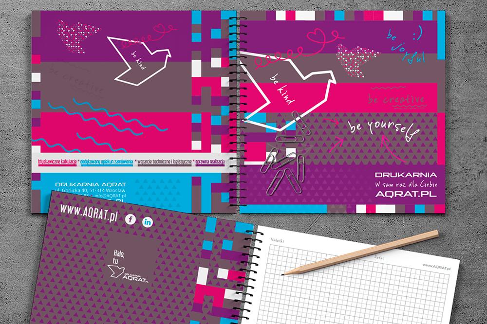 Notesy firmowe kwadratowe AQRAT twarda okladka softtouch na spirali rozowy - Strona Główna