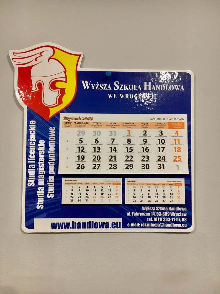Kalendarz scienny firmowy na grubej tekturze w ksztalcie produktu lub logo 1 - Kalendarze ścienne