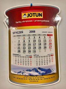Kalendarz scienny firmowy na grubej tekturze w ksztalcie produktu lub logo 2 225x300 - Kalendarze ścienne