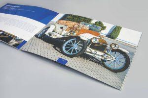 Katalogi firmowe A4 poziom samochody retro oprawa zeszytowa 300x200 - Katalogi, broszury, foldery