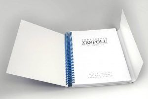 Ksiazka podrecznik okladka ze skrzydelkami gruba niebieska spirala 2 300x200 - Książki