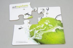 Podstawki pod kubki w formie 4 puzzli zielone jabłko na białym tle