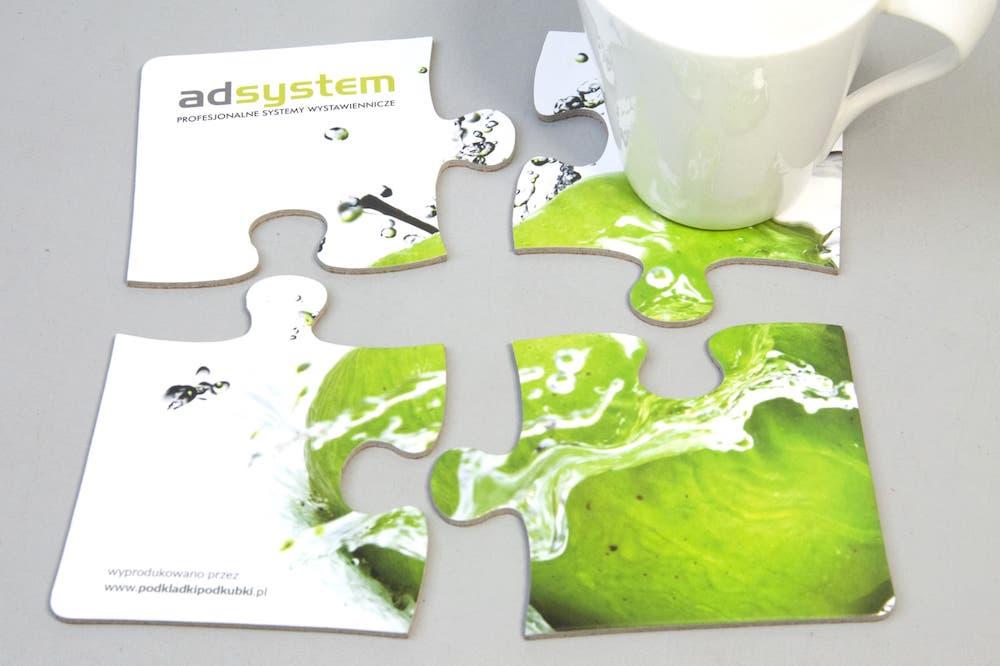 Podstawki pod kubki z nadrukiem firmowym w ksztalcie puzzli bialo zielone