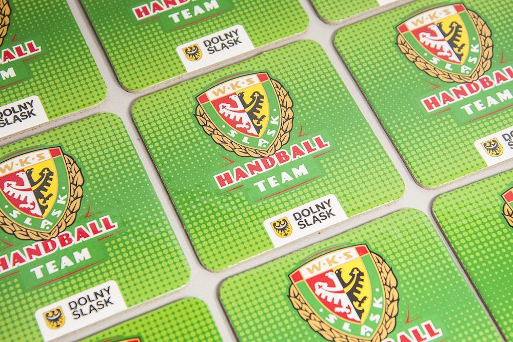 Podstawki pod kubki kwadratowe z logo WKS handball team min - Podstawki pod kubki