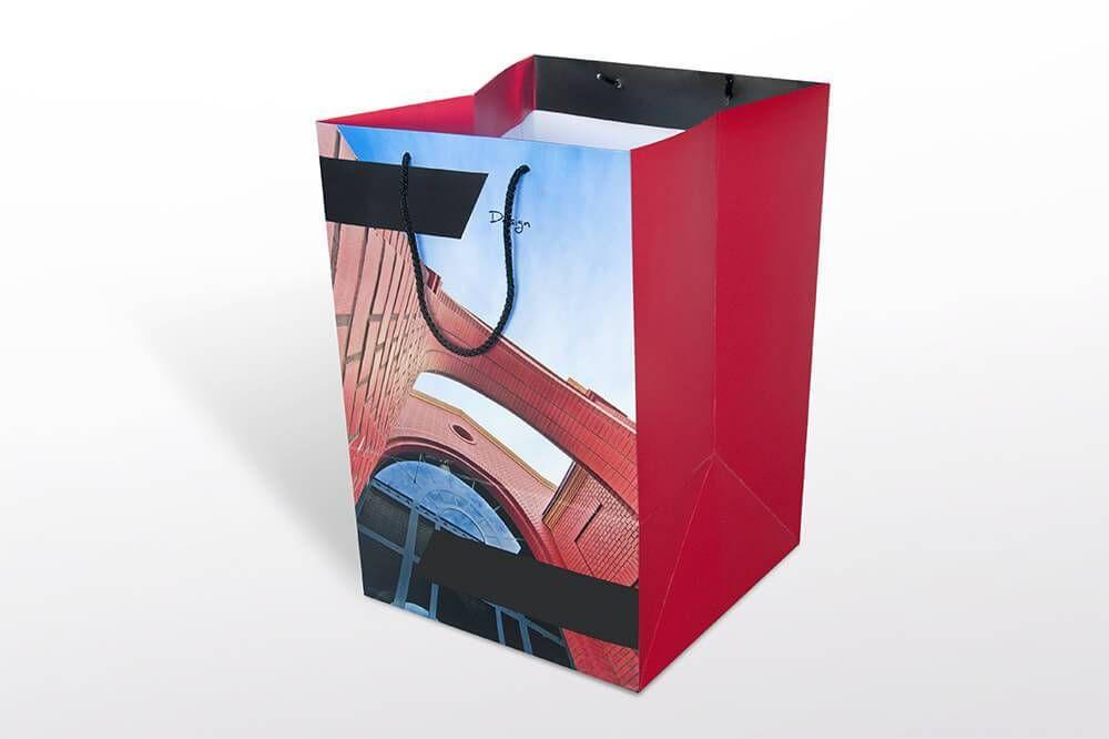 Torba papierowa z nadrukiem firmowym z duzym kwadratowym dnem